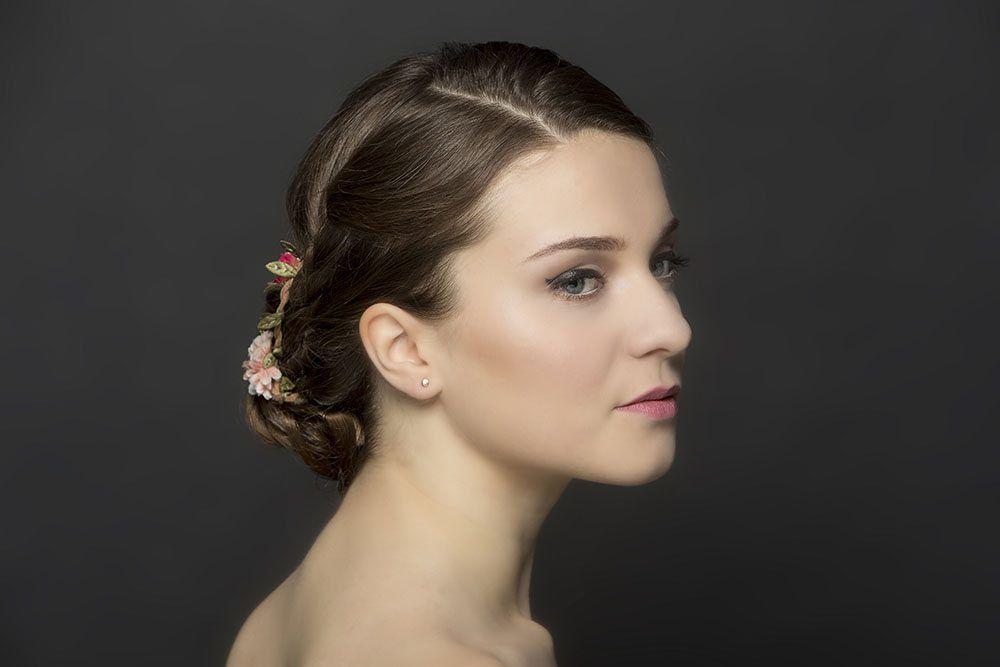 Wyjątkowe fryzury. Fryzura, a przy okoazji regulacja brwi, makijaż, manicure i pedicure. Fryzura i paznokcie hybrydowe w tym samym czasie - w Eyebar to nie problem.