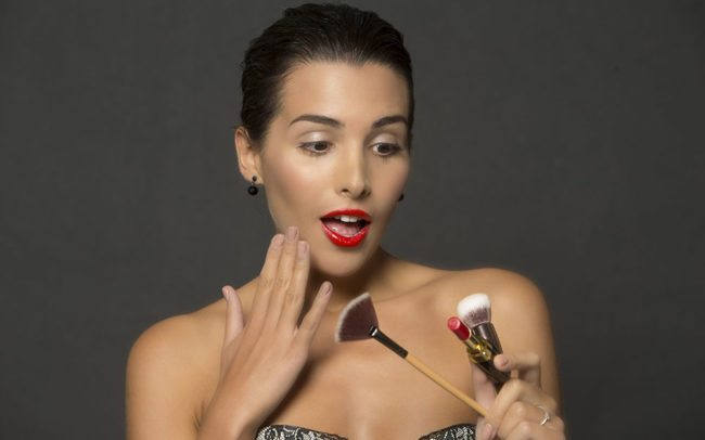 Dobry makijaż podkreśla i uwydatnia Twoje atuty. Eyebar to miejsce, gdzie zrobisz go w jenym miejscu i czasie z innymi usługami: depilacja brwi, henna brwi, fryzura i manicure oczywiście także hybryda.