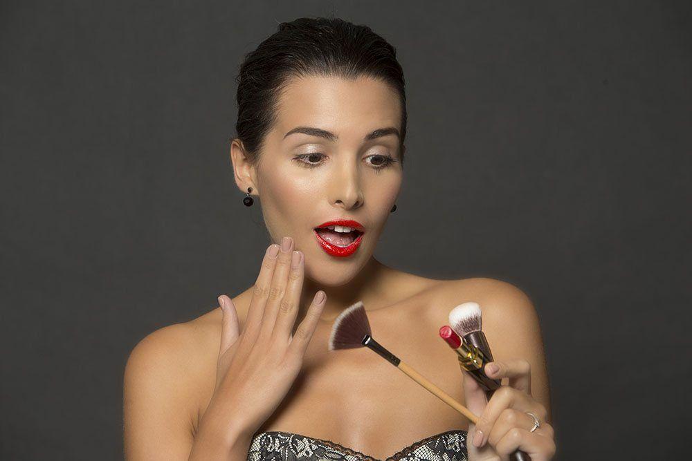 Dobry makijaż podkreśla iuwydatnia Twoje atuty. Eyebar to miejsce, gdzie zrobisz go wjenym miejscu iczasie zinnymi usługami: depilacja brwi, henna brwi, fryzura imanicure oczywiście także hybryda.