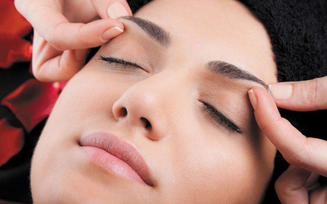 Idealnie dopasowane brwi, perfekcyjny makijaż i idealny dobór fryzury to nie wszystko. Masaż twarzy (face gym) sprawi, że Twoja twarz będzie zrelaksowana i zawsze młoda.