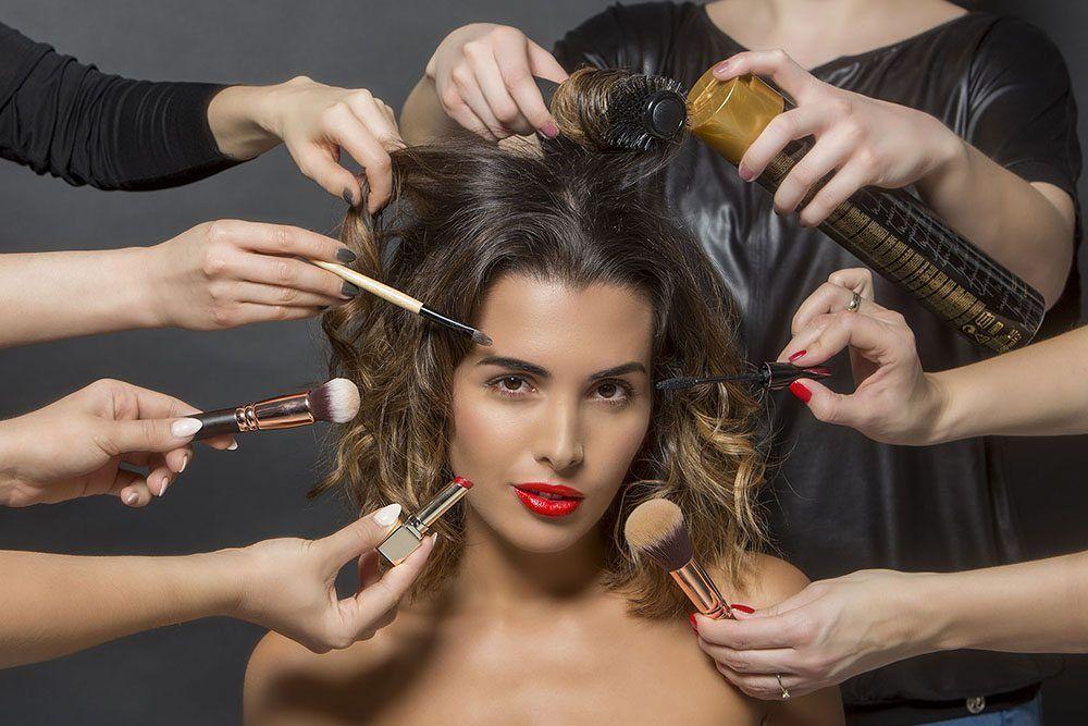 Eyebar Express - wyjątkowy salon kosmetyczny. Perfekcyjne brwi, idealny makijaż, dopasowane do sytuacji fryzury, manicure ipedicure (również paznokcie hybrydowe). Wszystko wjednym miejscu iczasie.