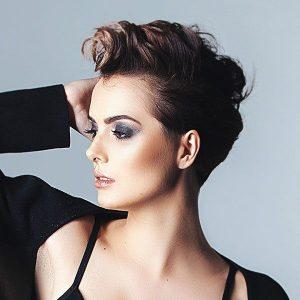 Fryzury wieczorowe mozna wykreować także na krótkich włosach. Zapierające dech w piersiach stylizacje włosów.