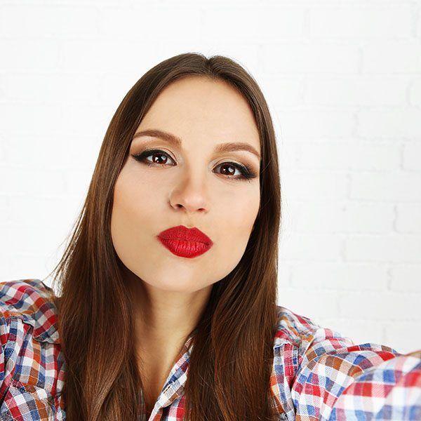 Aby stanąć przed aparatem lub kamerą niezbędny jest specjalny makijaż. Make-up fotograficzny sprawi, że na zdjęciach będziesz wyglądała wyjątkowo pięknie.