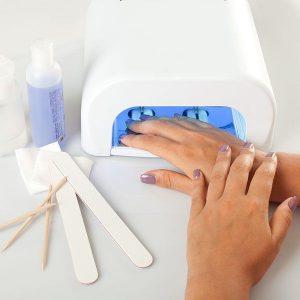 Paznokcie hybrydowe są hitem ostatnich lat. Trwałe, ukrywają niedoskonałości płytki paznokcia, dostępne we wszystkich możliwych kolorach.