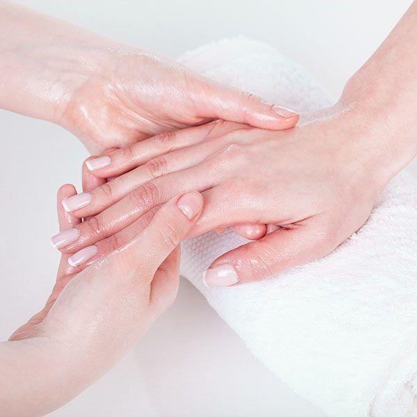 Zadbane ręce to nie tylko perfekcyjny manicure, czy paznokcie hybrydowe. Masaż dłoni zapewni Ci jedwabistą skórę, a jednocześnie dostarczy relaksu.