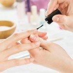 Manicure oznacza zadbane dłonie. Wykończenie klasycznym lakierem dodaje paznokciom blasku.