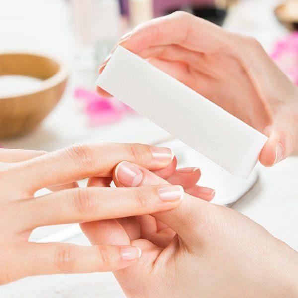 Nie malujesz na co dzień paznokci, ale chcesz mieć je zawsze zadbane. Pielęgnacja paznokci dłoni i odżywka to coś dla Ciebie.