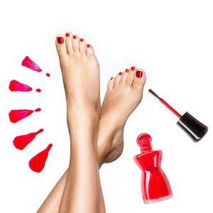 Malowanie paznokci stóp. Pedicure z malowaniem paznokci.
