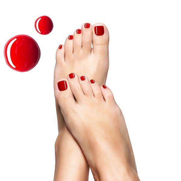 Pomalowane paznokcie w stopach.