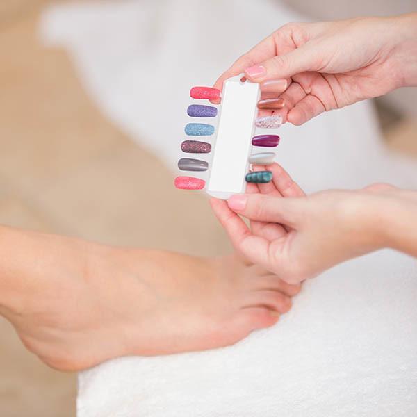 Malowanie paznokci, zadbane stopy.