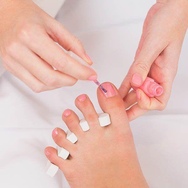 Pedicure imalowanie paznokci stóp.